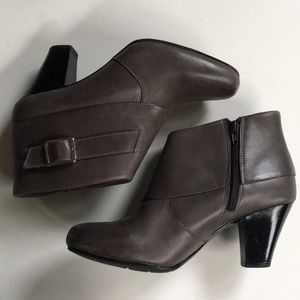 EUC Clarks leather boots